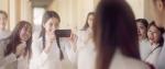 Smartphone nào đã xuất hiện trong MV mới của Hương Giang ?