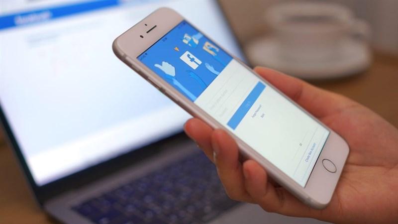 Đang xem một bài trên Facebook máy tính, làm sao để xem tiếp trên smartphone?